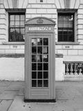 Roter Telefonkasten in London Schwarzweiss Stockbild
