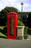 Roter Telefonkasten mit neuer Technologie Stockfotografie