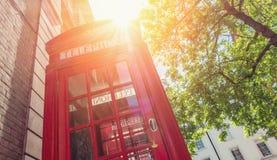 Roter Telefonkasten am Sommer in London, Vereinigtes Königreich, Stockfotos