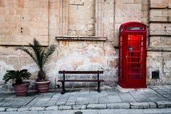 Roter Telefonkasten und -bank Lizenzfreies Stockbild