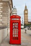 Roter Telefonstand. London, England Lizenzfreies Stockfoto
