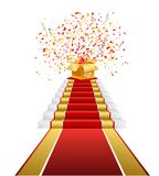 Roter Teppich, goldene Geschenkbox mit Konfettis Stockfotografie