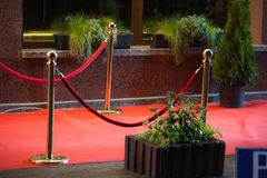 Roter Teppich - wird traditionsgemäß benutzt, um den Weg zu markieren, der durch Staatsoberhäupter bei den zeremoniellen und form lizenzfreie stockfotografie