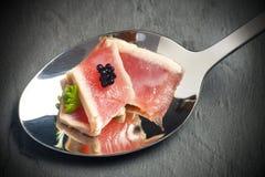 Roter Thunfisch auf einem Löffel Stockbild
