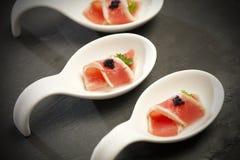 Roter Thunfisch auf Porzellanlöffeln Stockfotografie