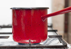 Roter Topf auf Gaskocher Stockfotos