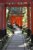 Roter Tortunnel in Kyoto Stockbild