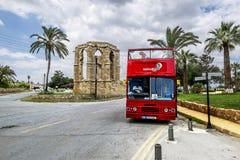Roter touristischer Doppeldeckerbus auf der Straße in Famagusta Northe Lizenzfreies Stockfoto