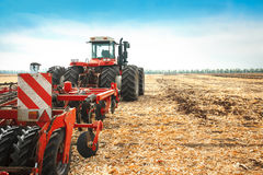 Roter Traktor auf dem Gebiet an einem hellen sonnigen Tag Stockfoto
