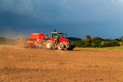 Roter Traktor auf einem trockenen Gebiet Sommertag am Bauernhof in der Tschechischen Republik Landarbeit Stockfoto