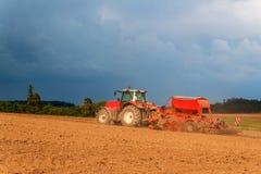 Roter Traktor auf einem trockenen Gebiet Sommertag am Bauernhof in der Tschechischen Republik Landarbeit Lizenzfreie Stockbilder