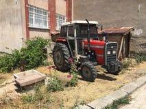 Roter Traktor geparkt lizenzfreie stockfotografie