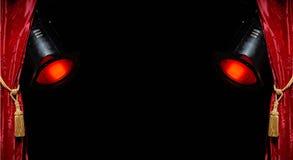Roter Trennvorhang u. rote Scheinwerfer Stockfoto