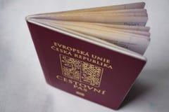 roter tschechischer Pass mit einem Staatssymbol (Löwen und Adler) Stockfotos