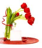 Roter Tulpeblumenstrauß im Vase Stockbilder