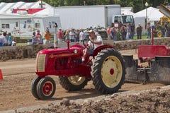 Roter u. gelber Cockshutt Traktor, der Spuren zieht Lizenzfreies Stockfoto