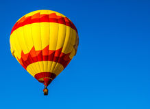 Roter u. gelber Heißluft-Ballon lizenzfreie stockfotos