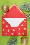Roter Umschlag auf grünem Hintergrund, christmastime Lizenzfreie Stockfotos
