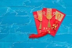 Roter Umschlag der Dekorationen des Chinesischen Neujahrsfests und traditionelles Rippenstück Lizenzfreie Stockfotografie