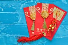 Roter Umschlag der Dekorationen des Chinesischen Neujahrsfests und traditionelles Rippenstück Lizenzfreie Stockbilder