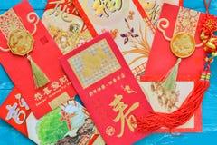 Roter Umschlag der Dekorationen des Chinesischen Neujahrsfests und traditionelles Rippenstück Stockbilder