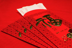 Roter Umschlag im chinesischen Festival des neuen Jahres auf rotem Hintergrund Stockfotografie