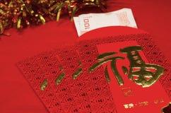 Roter Umschlag im chinesischen Festival des neuen Jahres auf rotem Hintergrund Stockfoto