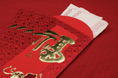 Roter Umschlag im chinesischen Festival des neuen Jahres auf rotem Hintergrund Lizenzfreie Stockfotos