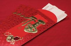 Roter Umschlag im chinesischen Festival des neuen Jahres auf rotem Hintergrund Stockbilder
