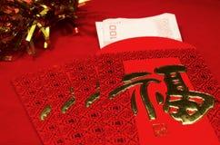 Roter Umschlag im chinesischen Festival des neuen Jahres auf rotem Hintergrund Stockbild