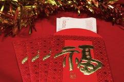 Roter Umschlag im chinesischen Festival des neuen Jahres auf rotem Hintergrund Lizenzfreie Stockbilder