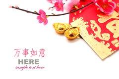 Roter Umschlag, Schuh-förmiger Goldbarren (Yuan Bao) und Plum Flowers Stockfotografie