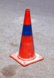 Roter und blauer Verkehrskegel Stockfotos