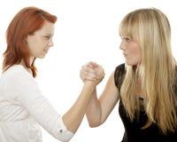 Roter und blonder behaarter Mädchenkampf Stockbild