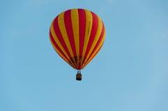 Roter und gelber Heißluftballon Lizenzfreies Stockbild