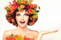 Roter und gelber Herbstlaub auf Mädchenkopf lizenzfreies stockbild