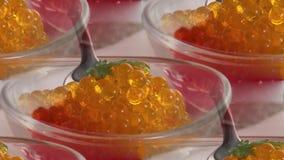 Roter und gelber Kaviar in einer Platte auf dem Tisch stockfotos