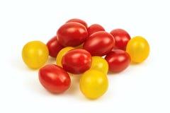 Roter und gelber Kirschtomatenstapel lizenzfreies stockbild
