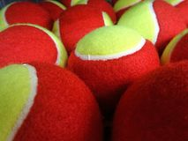 Roter und gelber Tennisball Lizenzfreies Stockbild