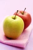 Roter und grüner Apfel Stockbilder