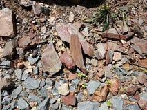 Roter und grauer Felsen oder Steinstücke oder Geologie der Fragmente im Freien lizenzfreie stockfotografie