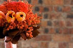 roter und orange Brautblumenstrauß Stockfoto