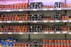 Roter und schwarzer Kaviar auf Ladenregalen Stockbilder