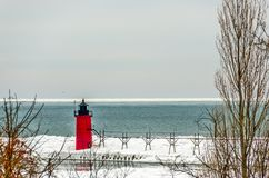 Roter und schwarzer Leuchtturm am Südhafen, Michigan Stockbild