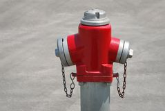 Roter und silberner Feuer-Hydrant Stockfoto