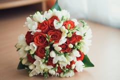 Roter und weißer Blumenstrauß Stockfotografie