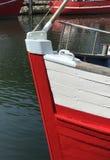 Roter und weißer Bootsbogen Stockfotos