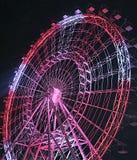 Roter und weißer Ferris Wheel nachts Lizenzfreie Stockfotos