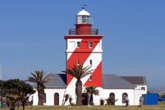 Roter und weißer gestreifter Leuchtturm Stockfotografie