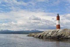 Roter und weißer Leuchtturm an einem schönen sonnigen Tag Stockfotos